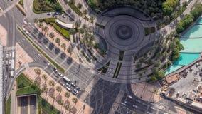 Rue du centre de Dubaï avec le trafic occupé et gratte-ciel autour de timelapse clips vidéos