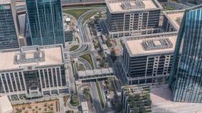 Rue du centre de Dubaï avec les immeubles occupés du trafic et de bureaux autour du timelapse banque de vidéos