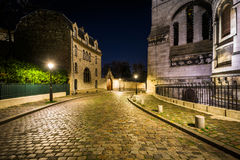 "Rue du Chevalier de la纬向条花和Sacré-CÅ ""ur在晚上,在巴黎 免版税库存照片"