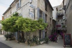 Rue du Huit Mai 1945 i Helgon-Rémy-de-Provence, Frankrike Royaltyfri Foto