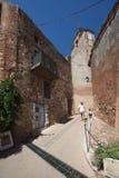 Rue du Jeu De Paume dans le Comté de Roussillon, France Image libre de droits