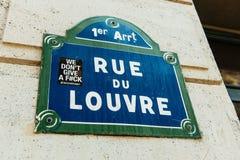 Rue du Louvre con la etiqueta engomada de la ciudad en ella como se ve en el 1r arrondi Imágenes de archivo libres de regalías