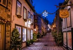 Rue du Petit-Champlain à la vieille ville inférieure Basse-Ville décoré pour Noël la nuit - Québec, Québec, Canada image libre de droits