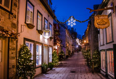 Rue du Petit-Champlain bij Lagere Oude Stad basse-Ville verfraaide voor Kerstmis bij nacht - de Stad van Quebec, Quebec, Canada royalty-vrije stock afbeelding