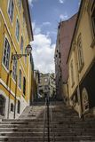 Rue en banlieue Alto Lisbon photos stock
