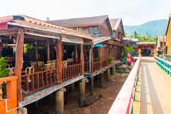 Rue en bois dans la vieille ville, Koh Lanta, Krabi, Thaïlande photographie stock