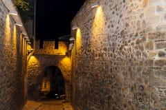 Rue en pierre dans la vieille ville de Plovdiv - scène de nuit photographie stock