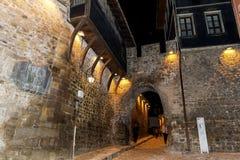 Rue en pierre dans la vieille ville de Plovdiv - scène de nuit images stock