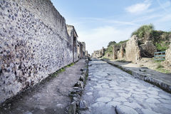 Rue en pierre de ruines romaines de Pompeii Photos stock