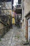 Rue endommagée antique dans la vieille ville de Tarnovo image libre de droits