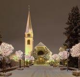 Rue et église, illuminées pour Noël Photographie stock libre de droits