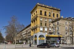 Rue et bâtiment typiques dans la ville de Dimitrovgrad, région de Haskovo, Bulgarie photos stock