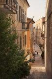 Rue et café à la ville de Nafplio images stock