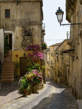 Rue et entrée étroites de maison, Altomonte, Italie Photo libre de droits