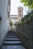 Rue et escaliers étroits dans Ravello Photos libres de droits