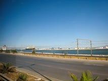 Rue et quai en Tunisie dans temps clair en juillet 2013 Photographie stock libre de droits