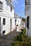 Rue et sentier piéton étroits à Frigiliana, village blanc espagnol Andalousie Images stock
