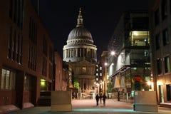 Rue et St Paul Cathedral dans la nuit de Londres, R-U Photos stock