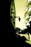Rue et vieux poteau de lampe image libre de droits