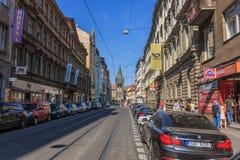 Rue européenne et la tour de Jindrisska, Prague image libre de droits