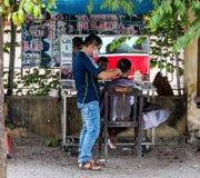 Rue extérieure Barber Shop au Vietnam Images libres de droits