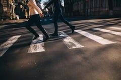 Rue fonctionnante et de croisement de personnes abstraites Photos stock