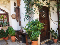 Rue grecque dans le village photo libre de droits
