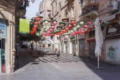 Rue HaHavatselet décoré des baies décoratives colorées dedans Image stock