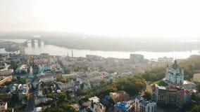 Rue historcal de descente du ` s d'Andrew vieille à Kiev Kiyv Ukraine Vue supérieure d'en haut Enregistrement vidéo aérien de bou banque de vidéos