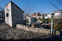 Rue historique avec le pont, la route en pierre de brique et une lampe Photos libres de droits