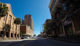 Rue historique de Calhoun par des dortoirs sur St Philip St Photographie stock