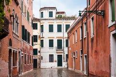 Rue humide dans la ville de Venise sous la pluie photos stock