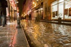 Rue humide de Paris Photographie stock