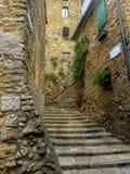 Rue idyllique dans un village toscan - 2 Photographie stock libre de droits