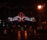 Rue illuminée pendant des vacances de Noël et de nouvelle année Image libre de droits