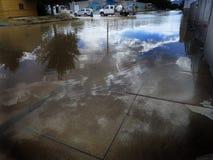 Rue inondée dans la ville avec des travailleurs Photographie stock libre de droits