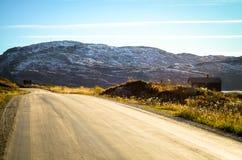 Rue isolée dans le paysage ouvert d'automne de gamme photographie stock
