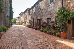 Rue italienne dans le vieux village Pitigliano Image stock