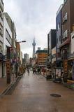 Rue japonaise dans le secteur d'Asakusa avec Tokyo célèbre Skytree Images stock