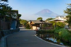 Rue japonaise de village de campagne avec la vue du mont Fuji image stock
