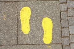 Rue jaune Mark Footprints images stock