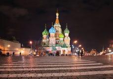 Rue La cathédrale du basilic à Moscou Images libres de droits