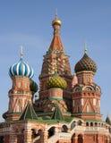 Rue La cathédrale du basilic, grand dos rouge, Moscou, Russie Photographie stock libre de droits