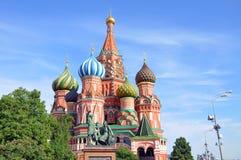 Rue La cathédrale du basilic. Moscou. images stock