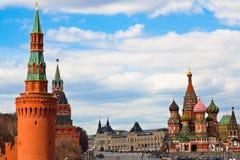 Rue La cathédrale du basilic sur carré rouge et Kremlin Image libre de droits