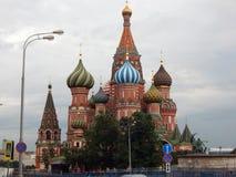 Rue La cathédrale du basilic sur le grand dos rouge Photo libre de droits