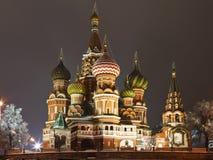 Rue La cathédrale du basilic sur le grand dos rouge, Moscou Photographie stock libre de droits