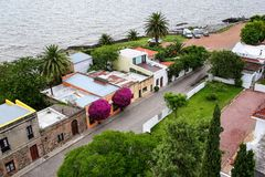 Rue le long de Rio de la Plata dans le quart historique de del de Colonia Photo stock