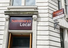 Rue locale Cardiff de St Marys de Sainsburys Images stock