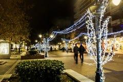 Rue lumineuse à Sofia la nuit photographie stock